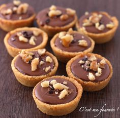 Krumchy de Michalak (shortbread, salted butter caramel, milk chocolate, hazelnuts) Source by Mini Desserts, Desserts With Biscuits, No Cook Desserts, Sweet Recipes, Cake Recipes, Dessert Recipes, Sweet Tarts, Food Cakes, Chefs