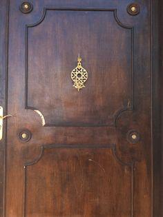 Puerta típica de Marruecos, decoración de un albergue de Azro
