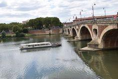 Bateau mouche passant sous le Pont Neuf