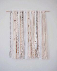 Loren / free form wall hanging - Decor Diy Home Yarn Wall Art, Yarn Wall Hanging, Diy Wall Art, Wall Hangings, Dac Diy, Boho Diy, Crafty Craft, Crafting, Diy Room Decor