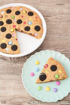 Cookie Pie: Bunter Kuchen mit Süßigkeiten auf backenmachtgluecklich.de // cookie pie recipe