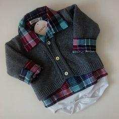 Body Camisa Flanelado com Casaquinho mousse cinza! Perfeito para seu bebê!! #bebeaaran #meninos #lindos #tricottecido #bodycamisa #pratico #fofo #enxoval