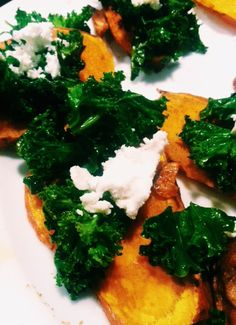 Happy post-Thanksgiving!! Nom on these baked sweet potato bites topped with kale and goat cheese!
