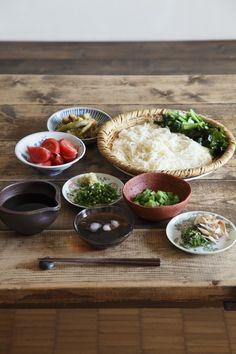 "mojamoja: "" with-casa: "" with casa vol.2では、料理家・高山なおみさんに「そうめんのお昼ごはん」をつくっていただきました。新感覚&新食感のそうめんは、おもてなしにもぴったりです。 Photo:koyama sachihiko "" """