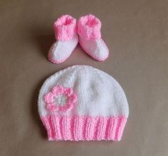 Baby Hug Hat | This baby hat knitting pattern has adorable booties to match!