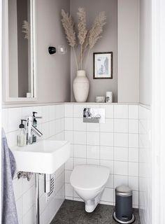 How to make the small bathroom feel bigger - 7 tips, How to make a small bathroom feel bigger - 7 compact living tips Bathroom Inspiration, Bathroom Vanity, Bathroom Interior, Bathroom Furniture, Small Bathroom, Bathrooms Remodel, Interior, Bathroom Design, Bathroom Accessories