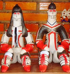 Dolls made by Karajahs; tribe from Brazil. They were announced the National Treasure by Brazilian Government (not so common for those politicians...)