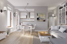Mieszkanie urządzono w typowo skandynawskim stylu, z przewagą bieli, uzupełniającymi pastelami oraz przełamującym...