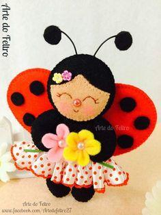 Joaninha em Feltro - Encontre aqui nessa postagem uma seleção de lindos moldes de joaninhas para fazer trabalhos em feltro e lucrar com artesanato! Diy Arts And Crafts, Hobbies And Crafts, Felt Crafts, Crafts For Kids, Felt Patterns, Craft Patterns, Marionette, Ladybug Party, Felt Decorations