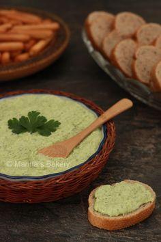 Heksenkaas Ingrediënten voor 250 gram heksenkaas: 150 gram kruidenkaas 60 gram mayonaise 30 gram prei (licht groene gedeelte 10 gram verse peterselie Zout & peper naar smaak 1 citroen, paar druppels citroensap