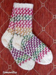 Tällaisista sukista näin muutama päivä sitten kuvan Facebookissa, ja ihan PAKKO oli saman tien ottaa puikoille.         Ei siis onnistunut ...