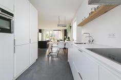 In april 2015 kregen wij voor een stadsvilla in Zwolle de opdracht het interieurontwerp van meerdere etages te maken en uit te werken in 3D: de BG, kinderkamers en de fotostudio. Een toffe uitdaging! Een paar maanden geleden mochten we tijdens de housewarming het resultaat bekijken.  Interieurontwerp: Laura Hindriks Fotografie: Zien24 en Ingeborg Lukkien Kitchen, Home Decor, Cooking, Decoration Home, Room Decor, Kitchens, Cuisine, Home Interior Design, Cucina