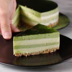 焼かずに簡単♪ しましま抹茶チーズケーキ ぜひ、おうちで作ってみてくださいね!  焼かずに簡単♪ しましま抹茶チーズケーキ 20cmバネ式丸型 8人分 材料: <ボトム> ビスケット 140g 溶かしバター 80g 牛乳 大さじ2 <フィリング> ゼラチン 15g 水 大さじ2 クリームチーズ(室温に戻す)400g 砂糖 120g ヨーグルト 400g 生クリーム 400ml 抹茶 大さじ2 お湯 大さじ2 作り方 1. ボトムを作る。ジップ付きの袋にビスケットを入れて、めん棒などで叩いて細かく砕く。ボウルに入れて、溶かしバターと牛乳を加えて混ぜる。 2. 20cmのバネ付きの型に(1)を入れて、指で強く押さえながら形を作る。冷蔵庫に入れて冷やし固める(約30分)。 3. ゼラチンを耐熱性の小皿に入れて、分量の水を入れてふやかし、置いておく。 4. クリームチーズに砂糖を加えて、よく混ぜる。ヨーグルトと生クリームを入れてさらによく混ぜる。 5. (3)を600Wの電子レンジで30秒ほど加熱し、15秒ごとによく混ぜて溶かす。ゼラチ...