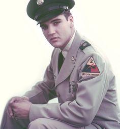 Elvis Presley, de uniforme.