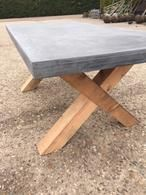 betonlook tafel op  hout gesmeerd
