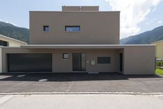 Minergie Einfamilienhaus mit Flachdach und Dachterrasse mit Rundumsicht.