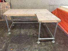Steigerbuis Hoek Bureau | | het Steigerhouthuis Diy Home Furniture, Recycled Furniture, Pipe Desk, Studio Room, Desk Storage, Diy Table, Drafting Desk, Home Projects, Home Office