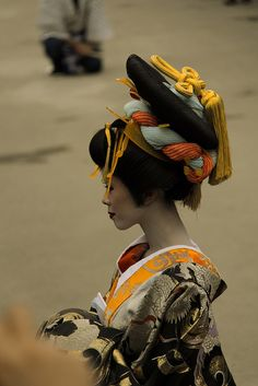 Oiran hairstyle. These people can do ornate if they want, see. Japanese Geisha, Japanese Beauty, Japanese Kimono, Japanese Art, Japanese Culture, Extrême Orient, Japanese Outfits, Japanese Fashion, Traditional Dresses