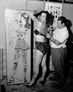 17 Kick-Ass Vintage Photos Of Women With Tattoos (I love that none of the tattoo artists are wearing gloves) Champion Tattoo, Historical Tattoos, Tableaux Vivants, Old Tattoos, Vintage Tattoos, Tatoos, Crazy Tattoos, History Tattoos, Tattoo People