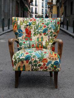 Butaca con orejas tapizada con tela de Frida Kahlo.     Esta butaca es parte de nuestra serie REENCARNACIÓN en la que piezas antiguas s...