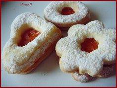 Promícháme všechny sypké suroviny. přidáme povolené máslo, žloutek a smetanu a vypracujeme těsto. Necháme odležet do druhého dne v lednici. Těsto... Orange Blossom Water, Onion Rings, Baking Sheet, Melted Butter, Quick Easy Meals, Doughnut, Cookie Cutters, Icing, Dishes