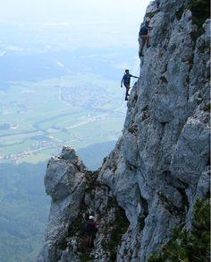 http://www.berchtesgadener-land.com/de/pidinger-klettersteig/ Pidinger Klettersteig auf den HochstaufenSchwere, steile und lange Steiganlage die in anregender Steigführung durch die Nordabstürze des Hochstaufens führt. Aufgrund der Höhenlage vor allem für die Übergangszeit ein interessantes Klettersteigziel. Durch die Länge und die zu überwindenden Höhenmeter konditionelle Anforderung sehr hoch.