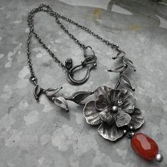 Jaro na zahradě...květ Kolekce Jaro na zahradě... Pro všechny, kteří se stejně jako já už nemohou dočkat jara...a prvních jarních květinek :) Šperk je vyroben z cínu a karneolu (broušený soudeček) od Sperkovnice... Rozměry šperku jsou 7 x 10 cm. Šperk je zavěšen na řetízku délky 47 cm, který je zakončen ručně vyrobeným zavíráním. V případě, že by Vám ...
