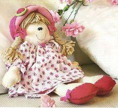 Las muñecas de trapo siempre tendrán un encanto especial, hoy traigo el patrón de esta preciosa y coqueta muñeca de trapo. Es muy sencilla de hacer. El vestido y el gorrito habrá que improvisar ya…