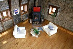 Sala de estar translation missing: pt.style.sala-de-estar.rustico por Capra Architects