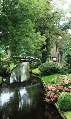 Giethoorn, Netherlands (the town with no roads) #waterways #rivers #valleys