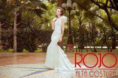 Prenda confeccionada en  Razo  ligero , con olanes  formando cauda.  Garment made in light Razo , with ruffles forming cauda.