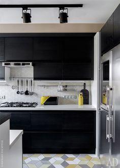 Кухня — часть мебели осталась от прежнего интерьера. К ней добавили новые шкафчики и трехцветную напольную плитку, Bestile. Черный цвет придает пространству глубину и отвлекает от утилитарной функции этой зоны.