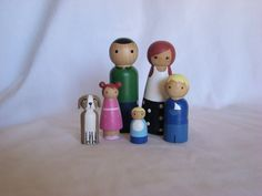 Large Wooden Peg Doll Family of 6 Personalized Custom por Pegged