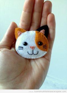 Broche fieltro con forma de gato, manualidades para regalar 3
