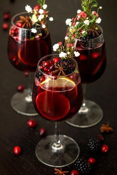 This festively spiced, sparkling, mulled wine sangria is Christmas in a glass! It's an inventive twist on a Spanish cocktail party favorite. Christmas Sangria, Christmas Wine, Spanish Christmas Food, Christmas Hanukkah, Winter Drinks, Holiday Cocktails, Christmas Cocktail Party Appetizers, Mulled Wine Cocktails, Wine Party Appetizers