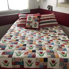 A patchwork quilt can be produced in a simpler way using few materials or even more elaborate like a double quilted patchwork. How to Make Incredible Models. Colchas Quilting, Scrappy Quilts, Quilting Projects, Quilting Designs, Baby Quilts, Quilt Block Patterns, Quilt Blocks, 9 Patch Quilt, Flower Quilts