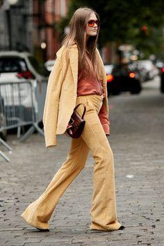 Street Style Fashion Week : un pantalon flare Fashion 101, Fashion Week, Pop Fashion, Vintage Fashion, Fashion Outfits, Womens Fashion, Street Fashion, Mode Pop, Autumn Street Style