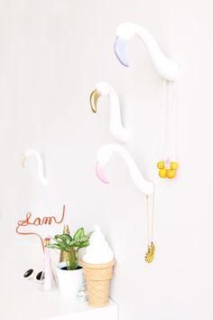 DIY Flamingo Wall Hooks - easy to make and a great way to spice up a room! Diy Interior, Diy Simple, Easy Diy, Super Simple, Fun Diy, Dyi, Keep Calm And Diy, Flamingo Craft, Flamingo Decor