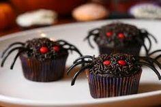 Eat me :: Halloween spider cupcakes Halloween Desserts, Bolo Halloween, Recetas Halloween, Halloween Cupcakes Easy, Easy Halloween, Halloween Treats, Halloween Spider, Halloween Party, Halloween Decorations