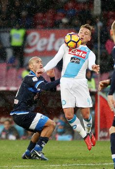 Napoli's player Emanuele #Giaccherini vies with Pescara Calcio player Ahamd Benali during the Serie A match between SSC Napoli and Pescara Calcio at Stadio San Paolo on January 15, 2017 in Naples, Italy.