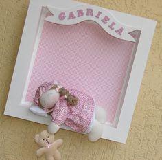 Quadro para porta de maternidade em MDF.  Tamanho 40x40.  Boneca de tecido dormindo (na cor desejada), travesseirinho, ursinho de pelúcia na mão.  Nome do bebê escrito com letras de MDF.  Código do Site BB460 R$128,00