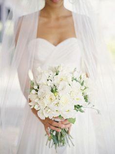 On est fidèles à la tradition et ce qu'on vous propose est un joli bouquet de mariée rond. Pourquoi rond? En réalité, dans ce jour il y a trop de décoration