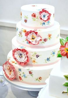 I love  the flowers that are painted on the cake.