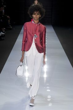 Emporio Armani Spring 2018 Ready-to-Wear Undefined Photos - Vogue Djenice Duarte Winter Fashion Outfits, Look Fashion, Runway Fashion, Womens Fashion, Fashion Design, Emporio Armani, Giorgio Armani, Fashion Week 2018, Fashion Show Collection