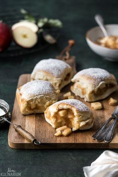 Fluffy Buchteln with juicy Apple Pie filling - Small culinary- Fluffige Buchteln mit saftiger Apple Pie Füllung – Kleines Kulinarium Fluffy Buchteln with juicy Apple Pie filling -… - Apple Desserts, Apple Recipes, Sweet Recipes, Baking Recipes, Dessert Recipes, Baking Pan, Food Cakes, Snacks Saludables, Tasty