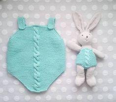 Peto trenza :: miloti y punto Knitting Stitches, Baby Knitting, Knitting Patterns, Crochet Dog Clothes, Knit Crochet, Crochet Hats, Baby Overalls, Tulum, Knitted Hats