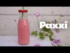 Smoothie φράουλας: τώρα είναι η στιγμή του! - paxxi Oat Bars, Smoothies, Glass Vase, Decor, Drinks, Cooking, Food, Oatmeal Bars, Smoothie