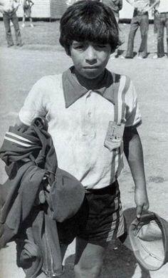Diego Maradona en 1960. El escudo de su camiseta era un cartón. 26 años más…