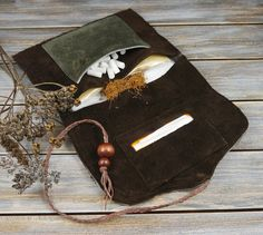 Dunkelbraun/Oliv Wildleder Rauchertasche-Tabaktasche-Dreherbeutel- Leder Drehertasche-Tabak/Zigarettenetui Leather Tobacco Pouch, Old Clothes, Leather Craft, Purses And Bags, Body Art, Create Your Own, Upcycle, Sewing, Etsy