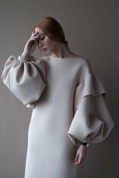 картинка Платье с объемными рукавами магазин Одежда+ являющийся официальным дистрибьютором в России